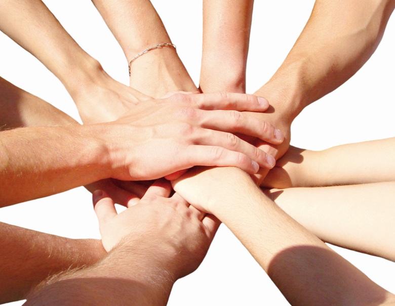 helping-hands-ayudandose