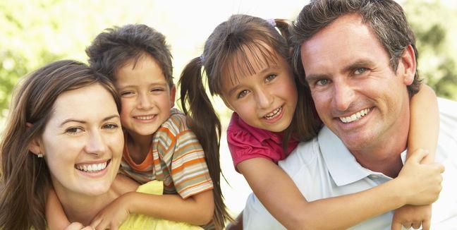 familia-hijos-padre-madre-hermanos-feliz-sonrisas-felicidad-tiempo_libre-en_familia-compartir-diversion-paseo-paseos-vacaciones_MUJIMA20130409_0018_6 (1)