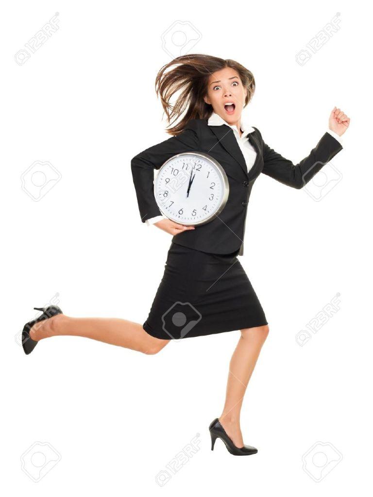 12288404-Estr-s-mujer-de-negocios-a-llegar-tarde-con-el-reloj-bajo-el-brazo-Negocio-de-la-fotograf-a-con-el-c-Foto-de-archivo