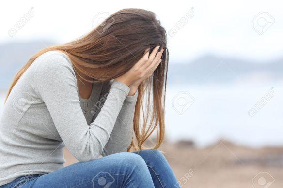 36434398-inquiet-femme-adolescent-se-couvrant-le-visage-avec-les-mains-sur-la-plage-en-hiver-banque-dimages