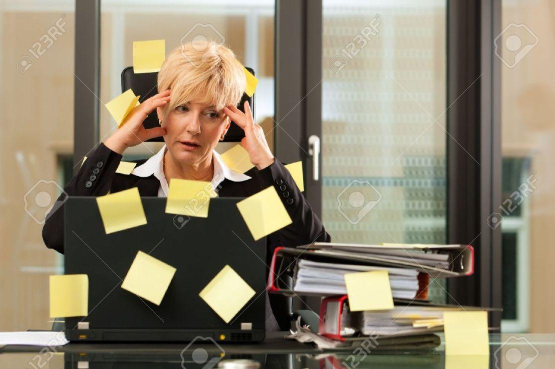 11193721-una-mujer-tiene-el-estr-s-en-la-oficina-la-multitarea-y-la-gesti-n-del-tiempo-foto-de-archivo