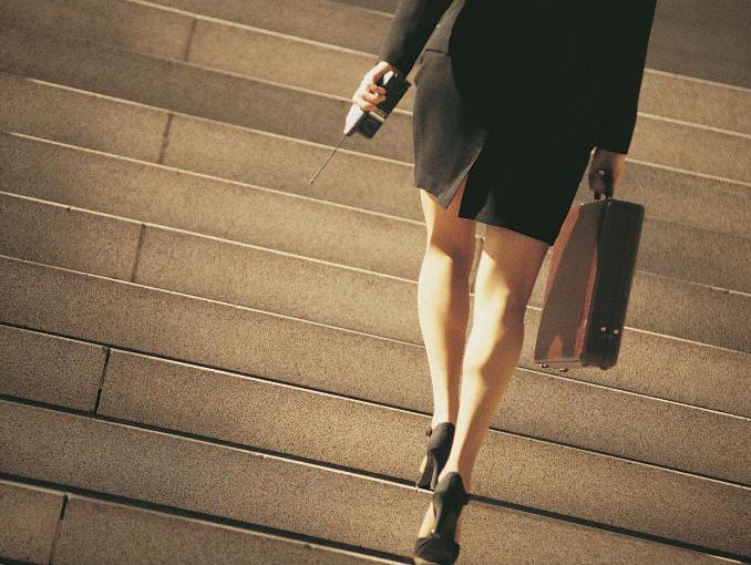 mujer_subiendo_escaleras